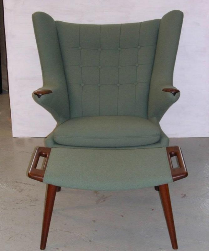 grå polstret stol med skammel
