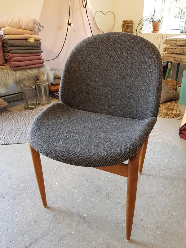ompolstret-teak-stol-grå