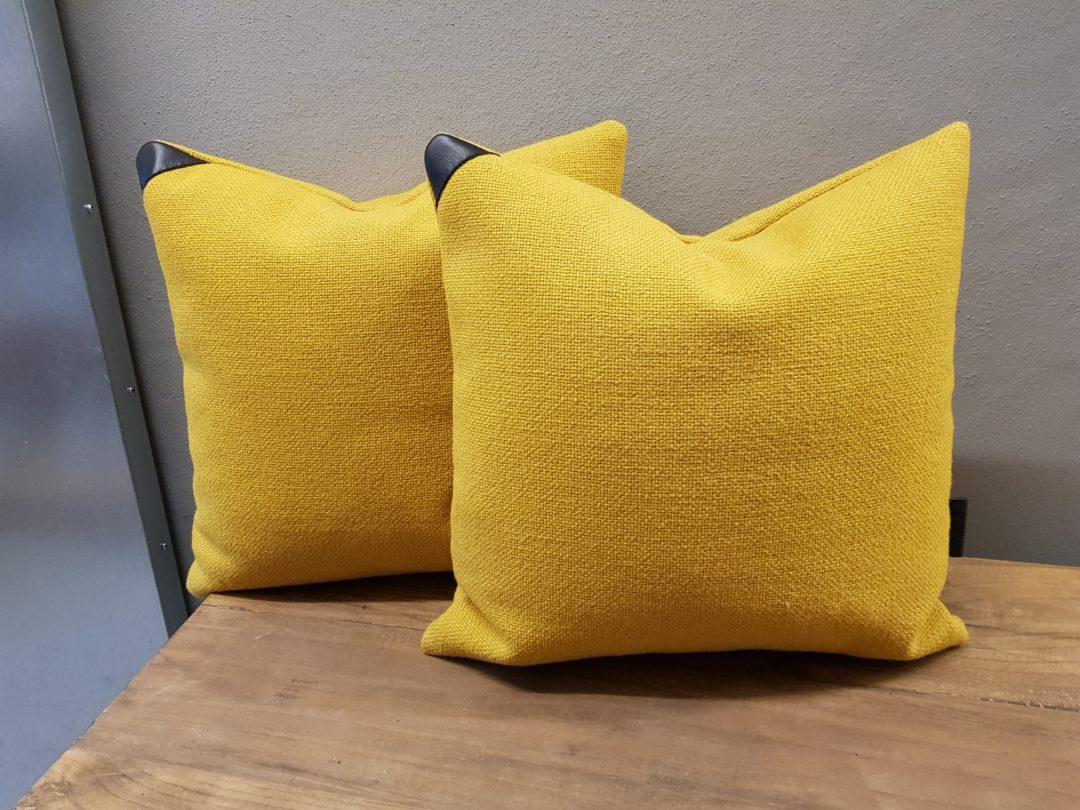 puder-med-læderdetalje-gul