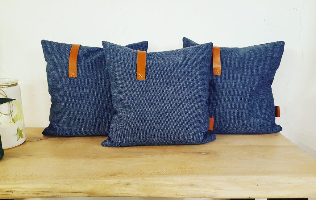 Sofa pude i lækker uld kvalitet med smukke læderdetaljer